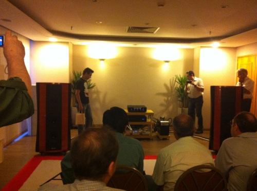 Turma empolgada na sala da Audiopax - Foto: Jan Balanco